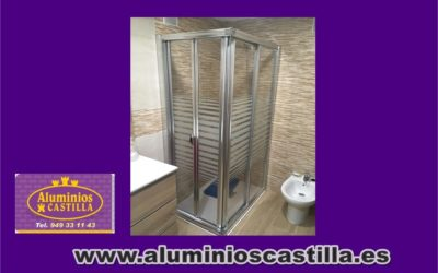 Mampara de ducha angular con un lateral compuesto de una hoja corredera y una hoja fija y otro lateral con dos hojas practicables.