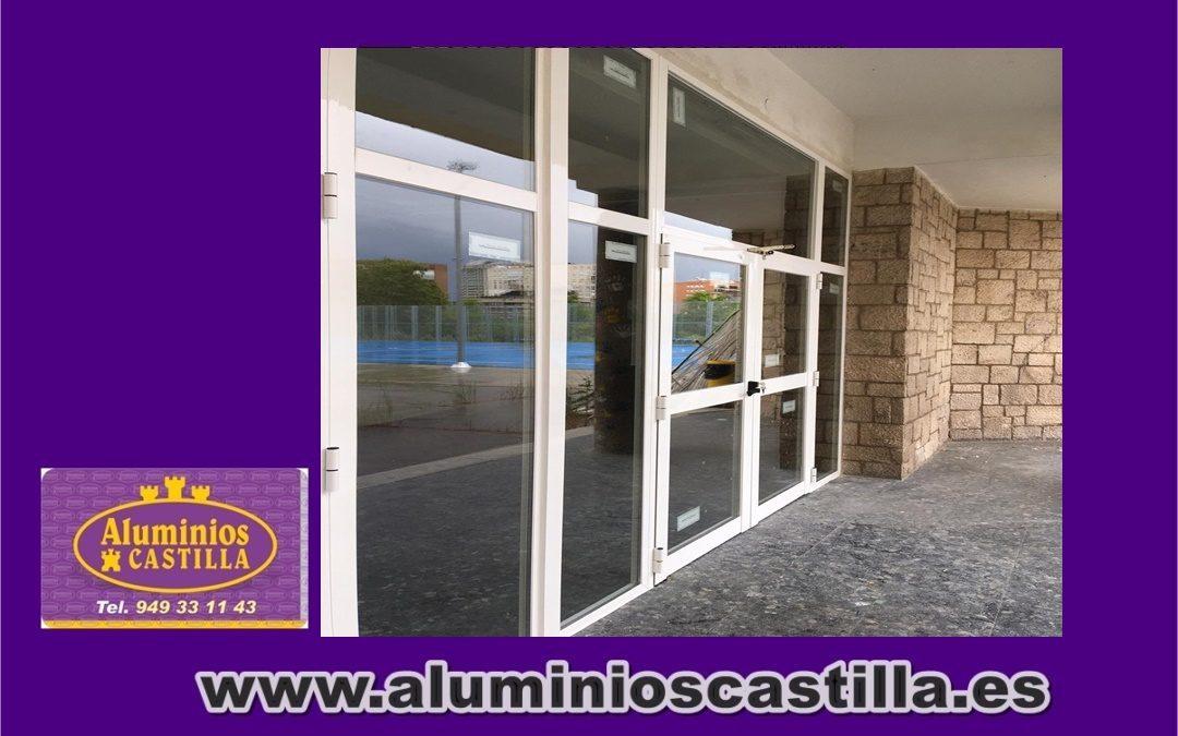 Renovación de todas las puertas de acceso en colegio de Madrid con sistema de cierre antipánico Cisa , aluminio serie 2300 Cortizo y cristal con doble stadip Arandina .